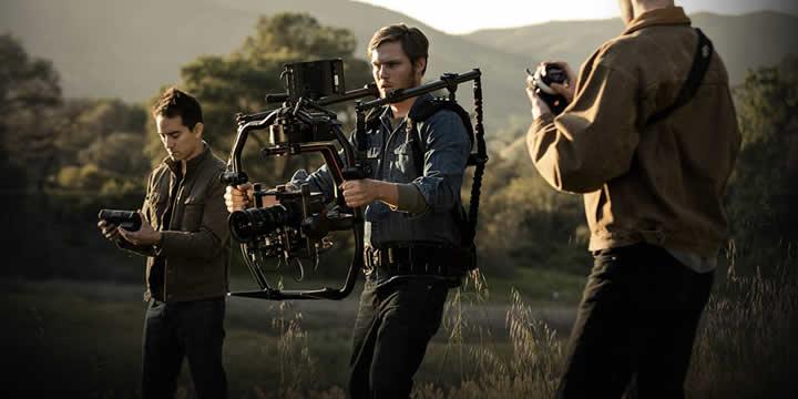 Ronin2はカメラ操作体験のすべてを飛躍的に高める、DJI史上最も優れたスタビライザーです。Ronin 2は、Roninと同様に手持ち型カメラとして使用するよう設計されていますが、より多様な用途にも対応することができます。