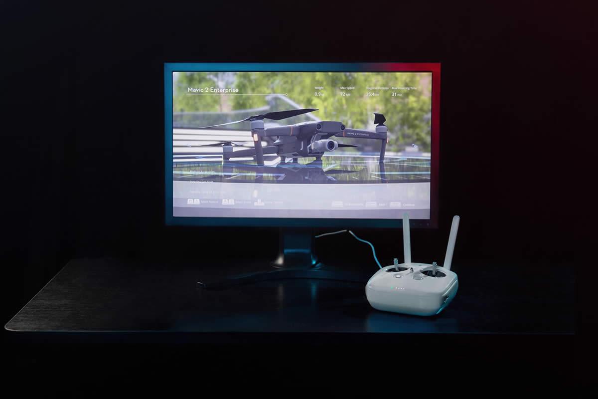 プロのパイロット育成ソフト DJIフライトシミュレーターは、DJIの先進フライトコントロール技術を用い、実際に近い状況での飛行シミュレーションを実現します。DJIフライトシミュレーターで経験を積み、実際の業務にドローン技術を取り入れましょう。